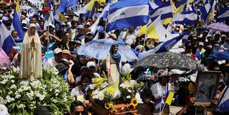 Demonstrators carry Marian statues in the anti-government rally in Managua (CNS/Oswaldo Rivas)
