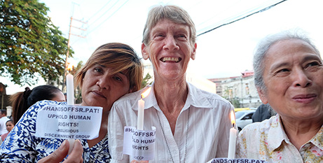 Sr Patricia Fox with supporters in April (CBCP News)