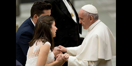 Pope Francis greets a married couple at a Wednesday general audience (CNA/Daniel Ibáñez)