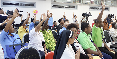 Participants at the PNG panel discussion vote on the statement imploring Australia to act over Manus refugees (Supplied)