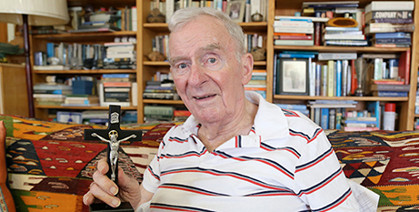 Bill Hayden with the crucifix given to him by Sr Angela Mary Doyle (The Catholic Leader/Mark Bowling)