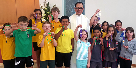 Applecross parish children and Fr Nelson Po with their rosary beads (eRecord/Bev Funga)