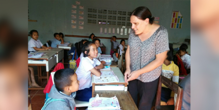 Current Palms Australia missionary Liz O'Sullivan with a year 3 English class at Klothor School, Thailand (Palms Australia)